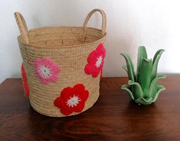 Panière Fanny décorée de fleurs au crochet ton rouge
