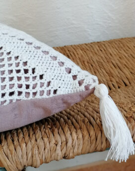Coussin-velours-et-crochet