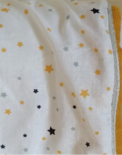 Petite couverture enfant tissu étoilé détail