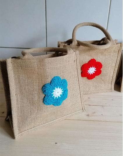 Mini sac en toile de jute fleur au crochet