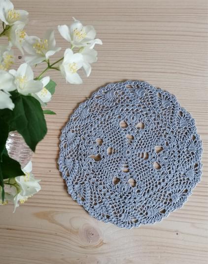Napperon-crochet-vintage-gris