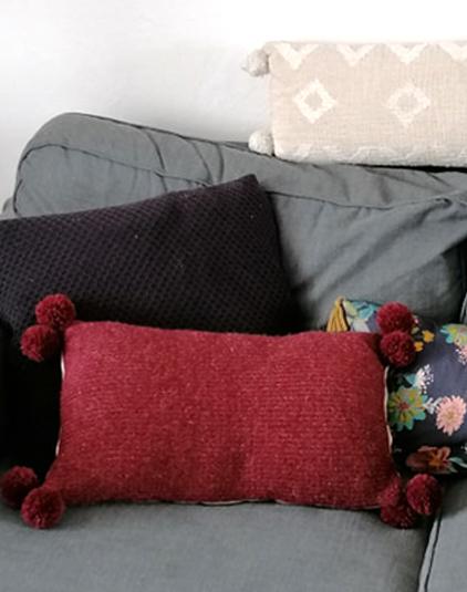 Coussin bordeaux en laine et coton écru